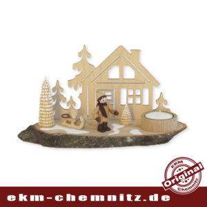 Rustikaler Teelichthalter Winterkind Baummauser mit einem Teelicht auf einer Baumscheibe. Bestückt mit einer Sammelfigur Romy Thiel und original erzgebirgischen Ringelbäumchen.