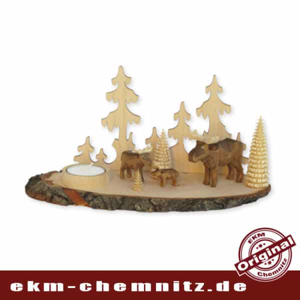 Eine Szenerie des Waldes im Kerzenlicht. Auf dem Kerzenhalter mit Rinde, tummelt sich eine Elchfamilie. Aus Holz in seiner natürlichen Form, ist diese zeitlose Tischdekoration.