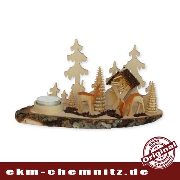 Szenerie des Waldes im Kerzenschein. Der Teelichhalter auf der Baumscheibe, ist mit handgeschnitzten Rehen bestückt. Eine zeitlose Tischdekoration aus unbehandelten Holz.