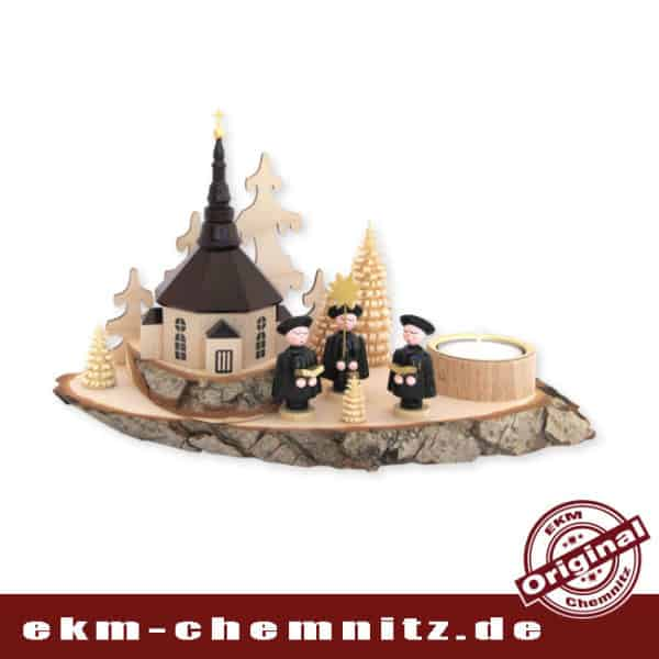 Eine wunderschöne Tischdekoration, ist der Kerzenhalter Baumscheibe Seiffener Kirche. Die natürliche Holzscheibe mit Rinde, findet einen guten Kontrast zur dunklen Kirche.