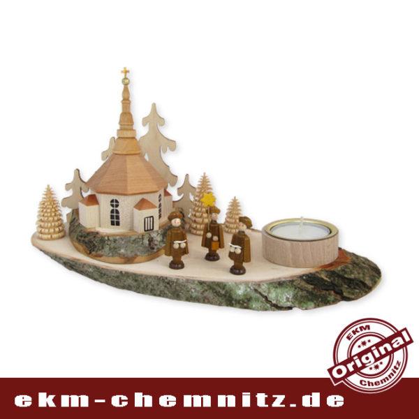Der Kerzenhalter Baumscheibe Seiffener Kirche in Farbe natur, auf einer Holzscheibe mit Rinde. Perfekt für die rustikale Einrichtung.