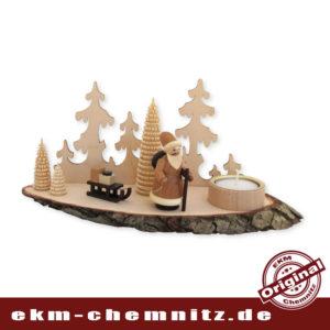 Der Weihnachtsmann stapft zwischen erzgebirgischen Ringelbäumchen durch den Wald. Die Holzscheibe mit Rinde und einem Teelicht, eine weihnachtliche Tisch Deko.