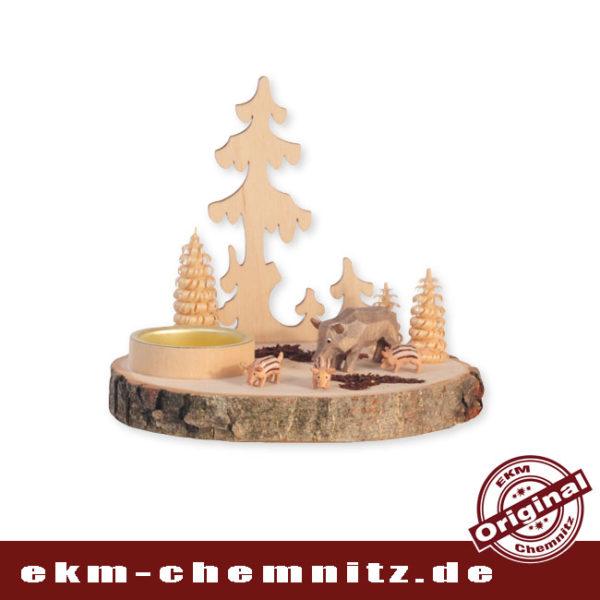 Eine rustikale Tischdekoration, ist der Kerzenhalter Baumscheibe Wildschweinfamilie. Die natürliche Holzscheibe mit Rinde, ist bestückt mit geschnitzten Wildscheinen und gedrechselten Ringelbäumchen.