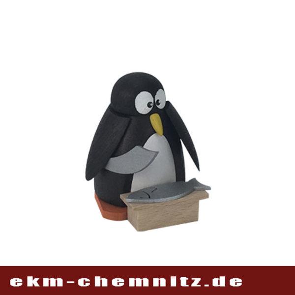 Die Sammelfigur Pinguin Fischmarkt preist seinen frischen Fisch an. Eine handgearbeitete Drechselfigur aus dem Erzgebirge.