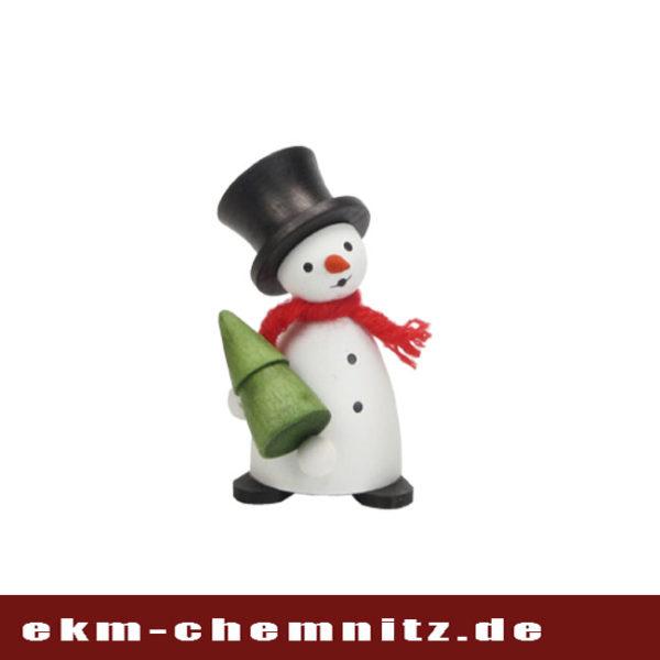Die Sammlerfigur Schneemann mit Baum ist eine tolle Ergänzung zu weiteren Sammelfigurenaus der Gruppe der Drechselfiguren.