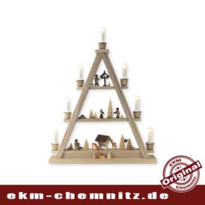 Ein echter Blickfang ist diese moderne Lichterspitze mit 7 Kerzen. Das Waldmotiv mit geschnitzten Rehen und Figuren von Romy Thiel wird Ihr Fenster weihnachtlich schmücken und erhellen.