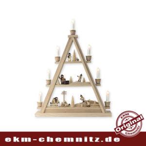 Auf dieser Dreieck Pyramide bestehend aus 3 Etagen, spiegelt ich das winterliche Erzgebirge. Die Winterkinder von Romy Thiel toben im Schnee. Unsere Lichterspitzen Erzgebirge sind aus hochwertiger Esche gefertigt.