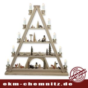 Ein echter Blickfang ist diese große Lichterspitze mit 10 Kerzen, auf den 4 Etagen sehen Sie typische Waldmotive. Die Tiere des Waldes sind von Hand geschnitzt, echte erzgebirgische Handarbeit.