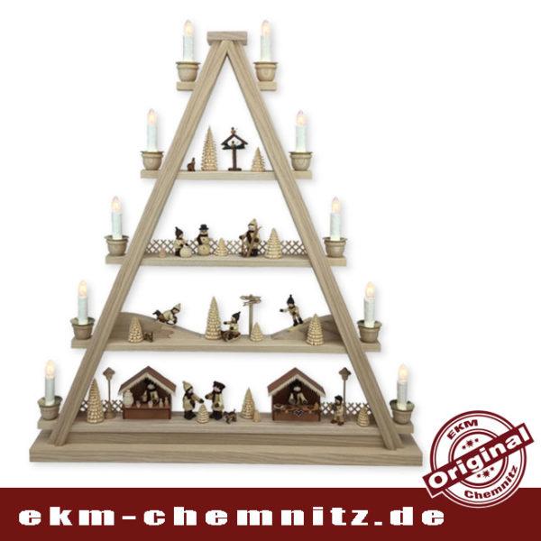 Auf dieser Dreieck Pyramide bestehend aus 4 Etagen, spiegelt ich das winterliche Erzgebirge. In der Vorweihachtszeit, freuen sich die Besucher des Weihnachtsmarktes über einen Glühwein und die Kinder toben im Schnee.