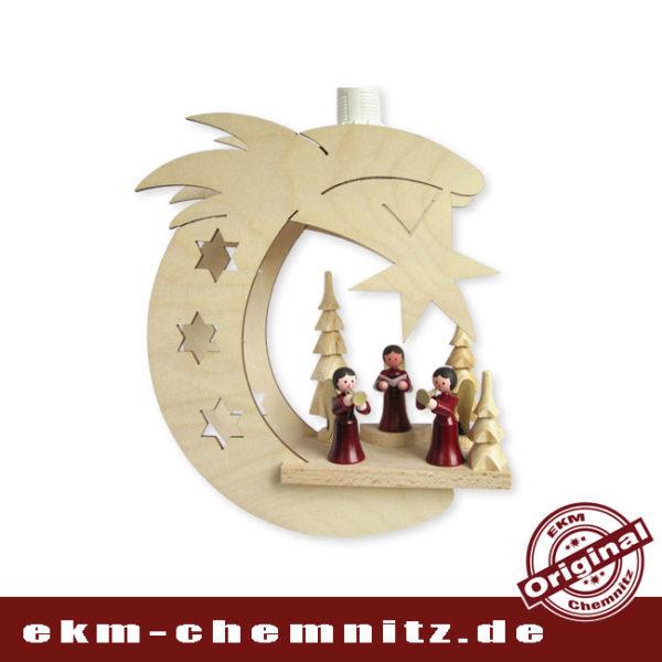 3 rote Engel stimmen uns musizierend auf die Weihnachtszeit im Erzgebirge ein. Das Fensterbild Weihnachten Mond 3 Engel bringt uns die Gemütlichkeit und Wärme des Lichts in die Wohnzimmer.