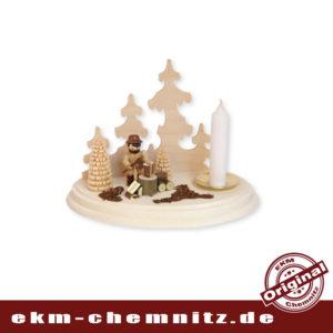 Ganzjahres Kerzenleuchter Motiv Holzhacker, eine Figur von R. Thiel mit klassischer Kerze.