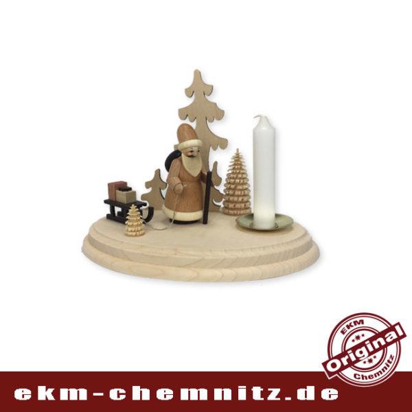 Die Drechselfigur Weihnachtsmann natur der Firma Spielwarenmacher Günther, auf unserem ovalen Kerzenleuchter.