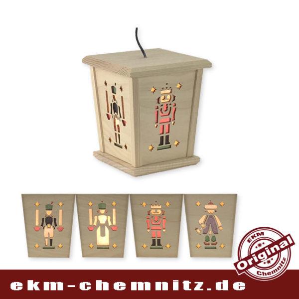 Traditionelle erzgebirgische Motive zeigen die 4 Seiten, der wunderschönen Weihnachtslaterne mit LED Lämpchen. Ob zum Hängen oder Stellen, beides ist möglich.