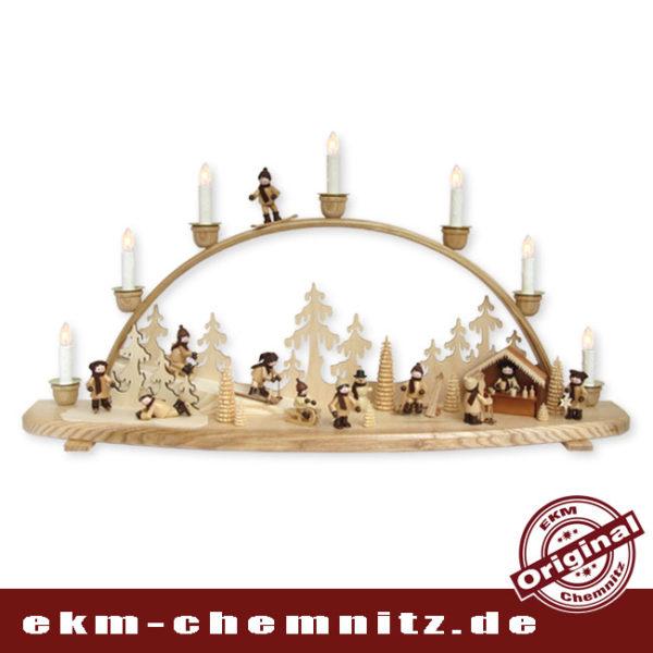 Ein traditioneller Schwibbogen mit 7 Kerzen mit Blick auf eine Winterlandschaft. Ach, wie ist der Winter schön, besonders wenn es schneit. Der Blick auf diesen Bogen beschreibt alles, die Kinder lieben das winterliche Erzgebirge.