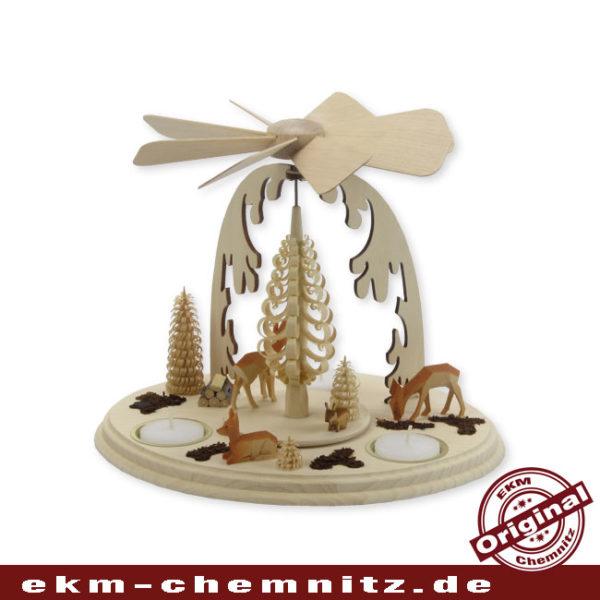 Mit Rehe und einem Hase ist diese klassische Weihnachtspyramide bestückt. Eine Typische erzgebirgische Pyramide.