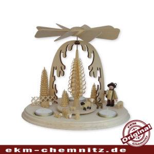 Ein Schäfer und Schafe drehen sich hier auf dieser erzgebirgischen, klassischen Weihnachtspyramide.
