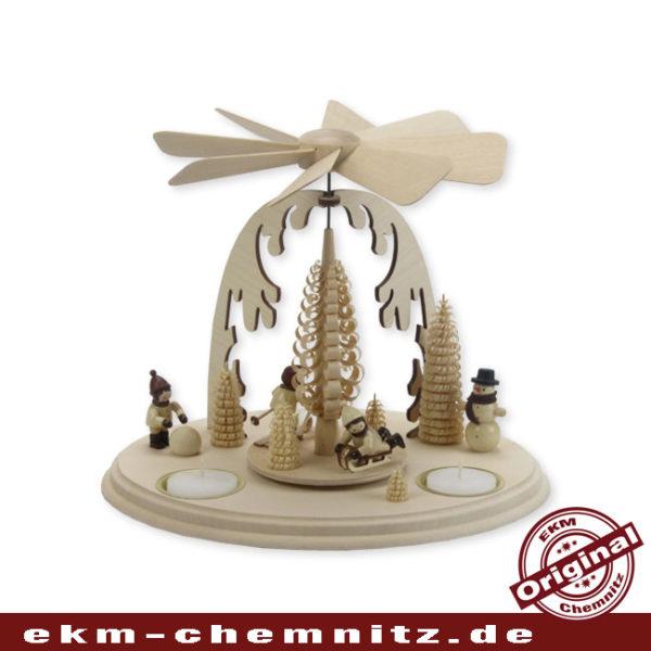 Mit Winterkindern von Romy Thiel ist diese klassische Weihnachtspyramide aus dem Erzgebirge bestückt.