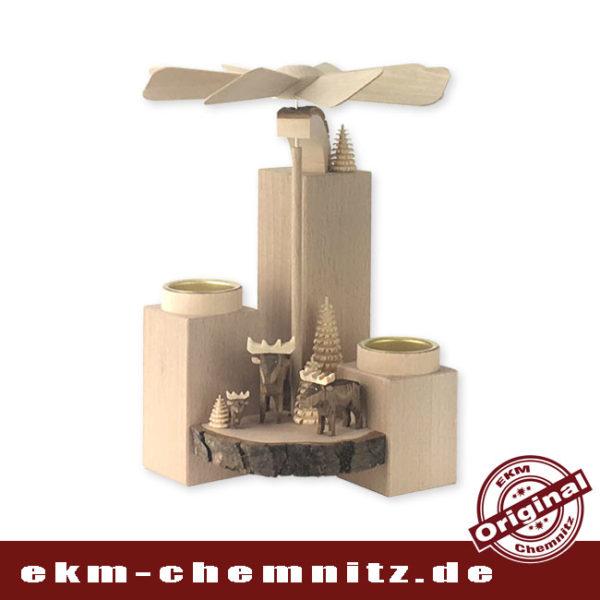Eine Stumpenpyramide bestückt mit handgeschnitzten Reifentieren, Elche, moderne Holzkunst aus dem Erzgebirge.
