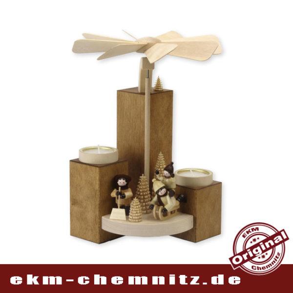 Moderne Pyramide bestückt mit winterlichen Sammel-Figuren, R. Thiel Winterkinder, passend zur weihnachtlichen Jahreszeit.